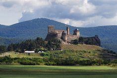 Itt még a kisebb magasságok is szédítően hatnak az emberre. Castle Ruins, Medieval Castle, Beautiful Castles, Beautiful Places, Schengen Area, Hungary Travel, City People, Heart Of Europe, Central Europe