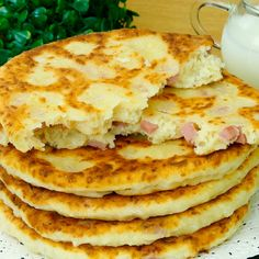 Turte cu șuncă și cașcaval- o rețetă adaptată din caietul bunicii, este extrem de gustoasă! - savuros.info Lunch Snacks, Lunch Recipes, Breakfast Recipes, Dessert Recipes, Cooking Recipes, Healthy Recipes, Cooking Bread, Good Food, Yummy Food