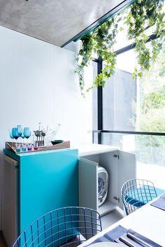 Casinha colorida: Um duplex onde se faz uso de luminárias pendentes e tons de azul