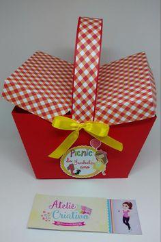 Linda cesta no tema PICNIC !  Serve para centro de mesa, enfeite ou para distribuir a seus convidados !  Confeccionamos em todos os temas !  Contate-nos e faça sua solicitação !    PS: A caixa possui as seguintes dimensões:   - base do trapézio: 12,5cm comp x 9,0cm larg   - topo do trapézio: 17,0... Masha And The Bear, Bear Party, Summer Birthday, Picnic In The Park, Red Riding Hood, Little Red, Packaging, Gift Wrapping, Easter
