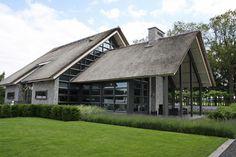 Wij hebben de bouw van deze moderne villa gerealiseerd. Deze prachtige vrijstaande villa is te vinden in Lunteren. Het heeft een zwembad in de tuin met daarachter een tuinhuis inclusief buitenkeuken.
