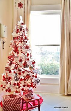 White Christmas décor is very refined and is getting popularity very fast. Here is a bunch of ideas to decorate your Christmas tree in chic white style. and Garden Designs Room Design Christmas tree decor White Christmas Tree Decorations, White Christmas Trees, Beautiful Christmas Trees, Noel Christmas, Christmas Mantles, Vintage Christmas, Victorian Christmas, Pink Christmas, White Trees
