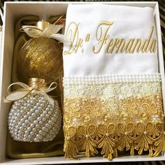 Lindo kit personalizado para presentear. #personalizados #presente #formatura #casamento #de Towel Embroidery, Machine Embroidery Patterns, Easy Crafts, Diy And Crafts, Towel Crafts, Wedding Day Inspiration, Decoupage Vintage, Creative Gifts, Hand Towels