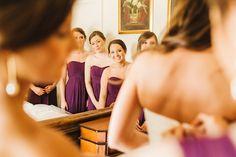 Los vestidos de las damas de honor también en orquidea radiante. Crédito de Fotografía Christian Turner en exclusiva para Bodas y Weddings