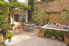 Belle maison restaurée au coeur d'un village du Luberon avec de beaux volumes et une cour intérieure