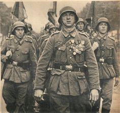 Jean de Mayol de Lupé, Feldgeistlicher 1914-18, Orientarmee und Marokko.Mit 58 Jahren freiwillig als Kämpfer an die Ostfront.Ab 1943 zur Waffen SS Charlemagne division.