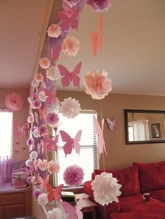 Decoração com borboletas Pretty garlands with butterflies, flowers and pompoms for a Garden Party #garden #partydecor