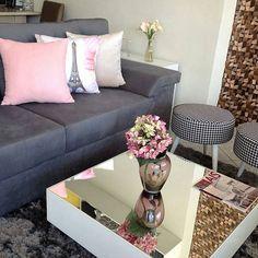 Inspiração para sala da loja @sofa_decor  Como eu amo esta combinação de cores cinza e rosa #perfeito   #QUAL combinação de cores você mais gosta??? (Foto da loja @sofa_decor )
