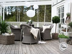 new england style garden Backyard Furniture, Outdoor Furniture Sets, Outdoor Spaces, Outdoor Living, Outdoor Decor, Porches, White Deck, New England Style, Wicker Chairs