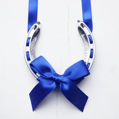 Horseshoe on a ribbon. Must try, I have a chrome plated horse shoe that is just begging to be decorated with a blue ribbon! Horseshoe Projects, Horseshoe Crafts, Lucky Horseshoe, Horseshoe Art, Horseshoe Ideas, Horseshoe Wreath, Western Crafts, Western Decor, Equestrian Decor