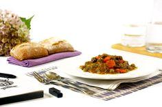 Cómo hacer estofado de ternera o carne guisada en Crock Pot o slow cooker. Descubre esta y otras recetas de carnes cocinadas en olla de cocción lenta.