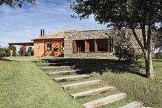 O antigo depósito de grãos deu lugar a esta casa de 363 m² feita de pedras e tijolos típicos de construções de Minas Gerais.