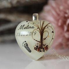 In diesem Herz ist das Bäumchen aus Haarsträhnen und Nabelschnur gelegt. Der kleine Fußabdruck ist eine Miniausgabe vom Original :)