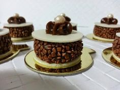 brigadeiro diferente Fancy Desserts, Just Desserts, Dessert Recipes, Dessert Cups, Small Cake, Mini Cakes, Plated Desserts, Chocolate Desserts, Party Cakes