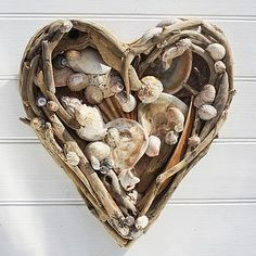 DIY Inspiration ~ Driftwood heart, no shells Seashell Crafts, Beach Crafts, Diy And Crafts, Arts And Crafts, Driftwood Projects, Driftwood Art, Deco Nature, Shell Art, Nature Crafts