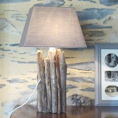 Fabriquer une lampe en bois flotté : Profitez de balades en bord de mer ou de rivière pour ramasser des branches de bois flotté.Vous allez pouvoir inviter la nature dans votre intérieur et réaliser une lampe tout à fait dans l'air du temps. Une bouteille en verre, quelques branches et un kit électrique… Il ne vous en faudra pas plus pour réaliser une lampe récup' bon marché !