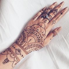TRIBAL HENNA Apart from the beautiful Rajasthani mehndi, the Arabic mehndi designs are much in demands these days. If you want to learn the step by step henna tutorial. Henna Tattoos, Henna Tattoo Muster, Henna Tattoo Designs, Henna Mehndi, Finger Tattoos, Sexy Tattoos, Body Art Tattoos, Mehendi, Cross Tattoos