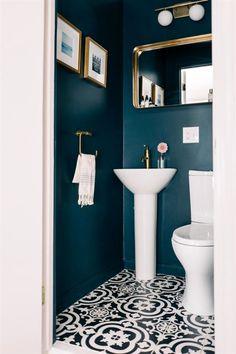 Small WC / powder room painted in dark blue with gold hardware Kleine Toilette / Gästetoilette in Du Powder Room Paint, Blue Powder Rooms, Small Powder Rooms, Gold Powder, Bad Inspiration, Bathroom Inspiration, Small Toilet Room, Guest Toilet, Toilet Room Decor