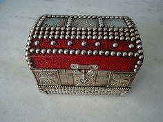 Bau pequeno com textura vermelha e prata com detalhes de latonagem de elefante . www.elo7.com.br/esterartes