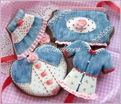 Denim and lace fashion cookies, beautifully executed by Evelindecora and posted on Cookie Connection. The piping and brush control is expert, and the fashion design is charming.