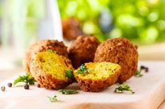 Préparation: 1. Pelez et coupez l'oignon, écrasez l'ail. 2. Mixez les pois chiches, l'oignon, l'ail, le persil, la coriandre. Ajoutez le cumin, le sel et le poivre et mangez de nouveau 3. Formez de…