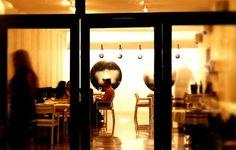 El local del Otra Manera es amplio, con una decoración contemporánea y cálida en tonos blancos y grises, grandes cristaleras y espléndidas obras de arte oriental.  La carta es honesta e innovadora, con platos bien presentados y elaborados con productos de temporada, que buscan una fusión de los sabores Mediterráneos con los del Caribe.