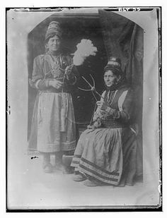 Reproduction of a photographic print of two Macedonian women, spinners, village Negochani (Niki) Joseph, Greek Dress, Macedonia, World Cultures, Old Photos, Greece, The Past, Weaving, Around The Worlds