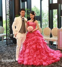 淡いピンクのガーベラとバラのブーケ これだと小さい。 意外と淡いピンクのブーケが濃いピンクのドレスに合わない