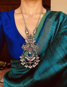 Sari / Blouse Styling and beautiful Jewelry Sari Design, Sari Blouse Designs, Indian Attire, Indian Wear, Indian Outfits, Indian Saris, Indian Clothes, Indian Ethnic, Trendy Sarees