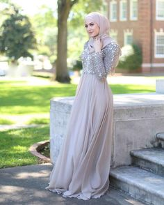 Consider this your ultimate guide to look impeccably chic this wedding season. See a selection of 12 simple hijab evening dresses to inspire you! Hijab Gown, Hijab Evening Dress, Hijab Dress Party, Evening Dresses, Kebaya Muslim, Muslim Dress, Grey Bridesmaid Dresses, Prom Dresses, Wedding Dresses