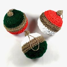 Pour une décoration de Noël dans le style traditionnel, ces boules de Noël d'environ 10cm de diamètre sont réalisées à la main au crochet avec du fil coton. Pot A Crayon, Boutique Deco, Crochet Earrings, Jewelry, Star Garland, Flakes, Jewlery, Jewerly, Schmuck