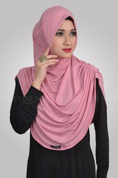 Syria Revina Spesifikasi: Bahan : High Quality of Spandex Jersey Ukuran : All Size (Menutupi dada / Syar'i) Color : Pink Harga Retail : IDR 99.ooo,-