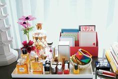 Zet spullen bij elkaar op een dienblad, zo organiseer je gemakkelijke losliggende spullen en lijkt het ineens een stuk netter.