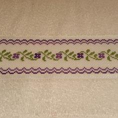 Toalla bordada en punto cruz flores lilas