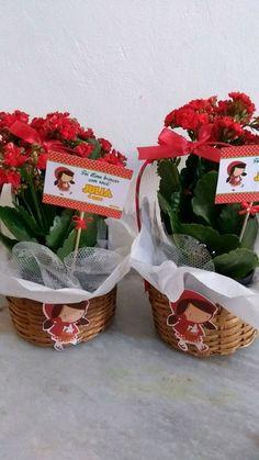 Centro de mesa  Cesta de palha decorada  Flor da época  Decoração no tema da festa
