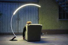 """Kyudo is een ultramoderne, staande lamp met LED-verlichting die dankzij zijn boogvorm de kwaliteiten bezit van een hanglamp. Kyudo betekent letterlijk """"de weg van de boog"""" en is een traditionele Japanse vorm van boogschieten. Designstudio Hansandfranz ontwierp de in meerdere kleuren verkrijgbare lamp in opdracht van de Italiaanse designlampenmaker Kundalini. Het prijskaartje: 1 a 2 […]"""