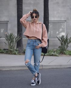 40 Casual-chic Outfit Ideas with Slip-on Shoes Jeans E Vans, Jeans Und Hoodie, Cropped Hoodie Outfit, Pullover Hoodie, Mom Jeans, Cuffed Jeans, Women's Jeans, Sweater Hoodie, Boyish Outfits