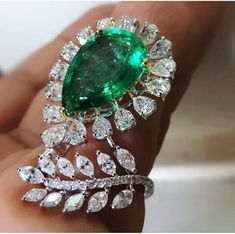 Absolutely beautiful cocktail ring, featuring a gorgeous emerald via @stonemagazin. .