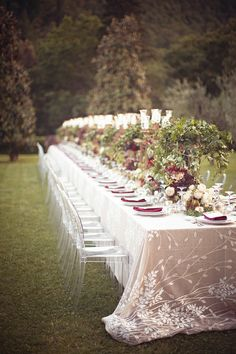 a dramatic wedding table- love the table linens! Fabulous!