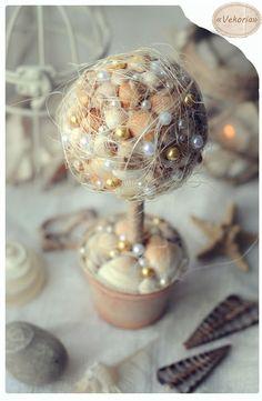 Toparia com toque de praia.   Bola de isopor + conchas + pérolas + base = decoração super delicada e original ;-)