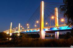 Most Milenijny nocą.
