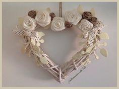 Cuore in vimini con rose di lino bianche ed ecrù , by fattoamanodaTati