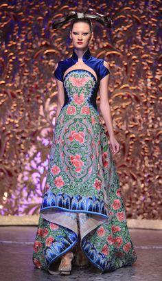 World Wide Couture Couture Mode, Couture Fashion, Fashion Show, Fashion Design, Oriental Dress, Oriental Fashion, China Mode, Cheongsam Modern, Batik Fashion