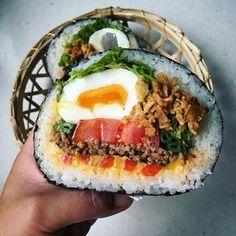ここしばらくInstagramを席巻している「#わんぱくサンド」。まだまだその勢いがとどまるところを知らない中、猛烈な勢いで追い上げてい… Japanese Lunch Box, Japanese Food, Mochi, Onigirazu, Kimbap, B Food, Asian Recipes, Ethnic Recipes, Rice Balls