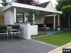 Moderne overkapping behandeld met een dekkende tuinhoutbeits van #Wijzonol in de kleur Ral 9010. www.biggelaarverfenwand.nl