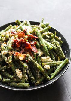 Grønne crunchy bønner vendt med bacon, salatost og sennepsdressing. Denne her 'salat' er seriøst lækker! Jeg ved ikke med dig, men jeg har altid haft det lidt svært friske grønne bønner. Hvad stiller man egentligt op med dem? Bønner på frost er nemme nok. Dem bruger man selv....