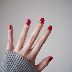 短めレッドネイル . いつもより皮ギリギリまで爪を切って、単色塗りしてみた!この色可愛い~ . #nail #red #短めネイル #セルフネイル #opi #bigapplered