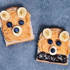 Det är fullt legitimt att leka med maten när det blir så här gulligt! Så släpp loss barnet inom dig, eller låt barnen vara med, och skapa barnsliga björnmackor av rostat bröd, jordnötssmör, banan, blåbär och nutella eller smält choklad. Syndigt sött och gott.