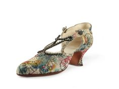 Shoe-Icons / Shoes / Ladies pumps upper made of multicolour chiné silk with metal thread, decorated with rhinestone straps. USA 1925 to 28