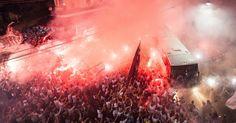 Torcida do Santos faz festa na chegada do �nibus da equipe antes de Santos x Palmeiras pela final da Copa do Brasil